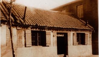 1945年10月,以兵山区大榆庄的栖霞县医药合作社为基础,在县城西关租民房13间,建立栖霞县立医院,设门诊、药房,有医生3名,护理员2名。1946年,医院迁至县城南弯字处,设立病房,有