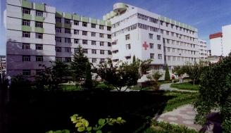 1992年6月,医院11000m2病房大楼落成。栖霞县卫生局批准编制床位400张。1993年,医院通过烟台市二甲评审团评审,达到二级甲等医院标准。1996年1月,栖霞县撤县设市,医院改成栖霞市人