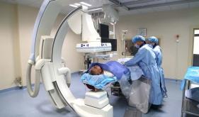 卒中中心团队为患者实施颅内支架植入手术